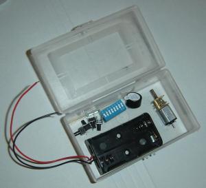 Varios componentes de alimentador en caja de plástico.